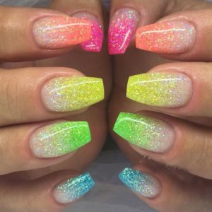 Pour réaliser de tels ongles, Formanails vous propose ses couleurs de gels  « Rose Fluo », « Orange Fluo », « Jaune Fluo » ou « vert fluo », et bien  sûr